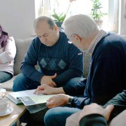 Geflüchtete Familie und Pate im Gespräch. Foto: Stefan Braunsmann