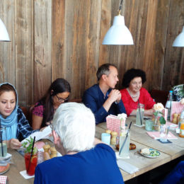 Projektetreffen mit Erik Rahn im Café Central in Hanau. Foto: Barbara Heddendorp / Seniorenbüro Hanau