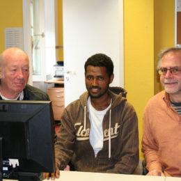 Unterstützung der Paten bei der Internetrecherche im Computerclub des Seniorenbüros Hanau. Foto: Barbara Heddendorp / Seniorenbüro Hanau