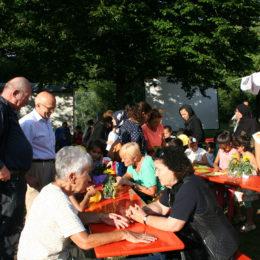 Sommerfest auf dem Sportsfield mit Unterstützung der Patinnen und Paten – Besuch des Bürgermeisters Axel Weiß-Thiel. Foto: Barbara Heddendorp / Seniorenbüro Hanau