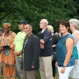Besuch der Hochbeete im Rahmen des Austausches aller Standorte im Projekt. Foto: Barbara Heddendorp / Seniorenbüro Hanau