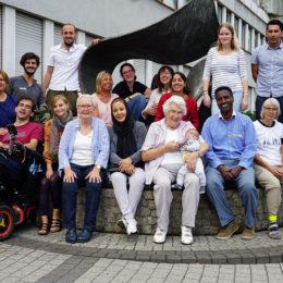 """Die Initiative """"Menschen in Hanau"""", Aidshilfe Hanau e.V. und Patinnen, Paten und Patenkinder im Patenschaftsprojekt """"Alt für Jung – Seniorenbüros engagieren sich für Geflüchtete"""" beteiligen sich gemeinsam am Freiwilligentag in Hanau. Foto: Ivonne Heynold / Menschen in Hanau"""