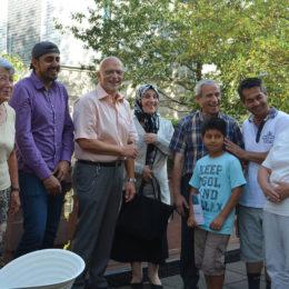 Kontaktreffen Patinnen Paten und Patenkinder gemeinsam mit Bürgermeister Axel Weiß-Thiel. Foto: Sylvie Janka / Menschen in Hanau